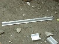 ini besi buat reng-pegangan genteng ..dipasang melintang..diatas rangka